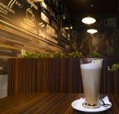 Tazza di caffè sulla tavola di legno nel tono d'annata del caffè fotografia stock libera da diritti