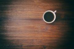 Tazza di caffè sulla tavola marrone Vista superiore Immagini Stock Libere da Diritti