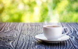 Tazza di caffè sulla tavola, mattina Immagini Stock