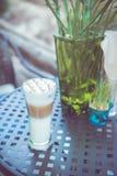 Tazza di caffè sulla tavola nel retro tono d'annata di colore Fotografia Stock Libera da Diritti