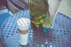 Tazza di caffè sulla tavola nel retro tono d'annata di colore Fotografia Stock
