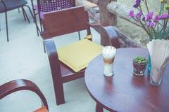 Tazza di caffè sulla tavola nel retro tono d'annata di colore Fotografie Stock