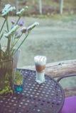 Tazza di caffè sulla tavola nel retro tono d'annata di colore Immagini Stock Libere da Diritti