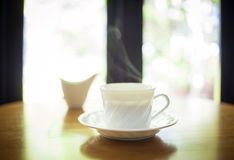 Tazza di caffè sulla tavola nell'interno del caffè Immagine Stock Libera da Diritti