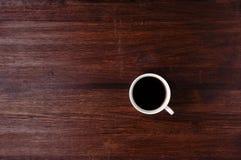 Tazza di caffè sulla tavola scura Fotografia Stock Libera da Diritti