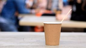 Tazza di caffè sulla tavola in un caffè sulla via stock footage