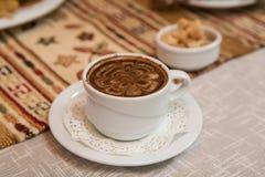 Tazza di caffè sulla tovaglia tartara tradizionale con il grumo Unione Sovietica Fotografia Stock Libera da Diritti