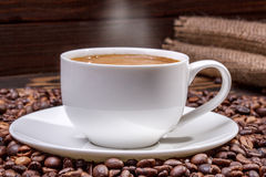 Tazza di caffè sulla vecchia tavola di legno Fotografia Stock