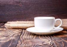 Tazza di caffè sulla vecchia tavola di legno Fotografia Stock Libera da Diritti