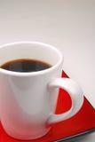 Tazza di caffè sulla zolla rossa Fotografie Stock Libere da Diritti