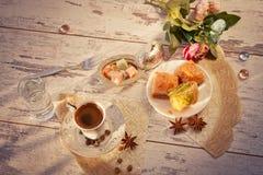 Tazza di caffè turco e del piatto con la vista superiore della baklava Fotografia Stock Libera da Diritti