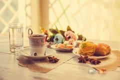 Tazza di caffè turco e di un piatto con baklava Fotografia Stock
