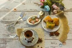 Tazza di caffè turco e di un piatto con baklava Fotografie Stock