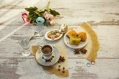 Tazza di caffè turco e di un piatto con la vista superiore della baklava Fotografia Stock Libera da Diritti