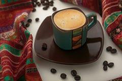 Tazza di caffè variopinta con i chicchi di caffè Fotografie Stock Libere da Diritti