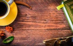 Tazza di caffè, vecchio libro, libro e vetri sulla parte posteriore di legno rustica Fotografia Stock