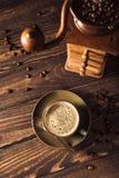 Tazza di caffè verde con il macinacaffè Immagini Stock Libere da Diritti