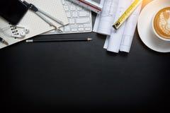 Tazza di caffè, vista superiore allo studio, tavola di cuoio dello scrittorio dell'ufficio Fotografia Stock Libera da Diritti