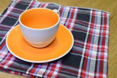 Tazza di caffè vuota sul tovagliolo del panno Fotografia Stock