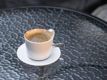 Tazza di caffè vuota sulla tavola di vetro, mattina Fotografia Stock Libera da Diritti