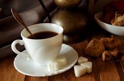 Tazza di caffè, zucchero e fichi Fotografie Stock Libere da Diritti