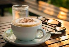 Tazza di caffè con i maccheroni Immagine Stock