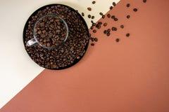 Tazza di caff? con i semi di cacao torrefatti Vista superiore fotografia stock