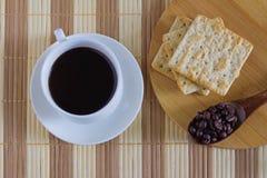Tazza di caffè con il cracker del grano a tempo l'ora di colazione Immagine Stock Libera da Diritti