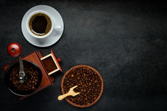 Tazza di caffè con la smerigliatrice e fagioli con lo spazio della copia Fotografia Stock