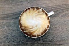 Tazza di caff? con latte Ha turbinato alla moda fotografia stock