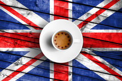 Tazza di caffè di Brexit con la bandiera dell'Unione Europea UE sulla bandiera britannica di legno della Gran Bretagna di lercium Immagini Stock