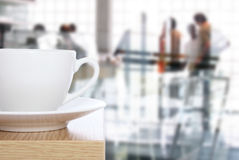 Tazza di caffè sulla tabella davanti all'ufficio Fotografie Stock