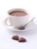 Tazza di cappuccino con due cuori del cioccolato Fotografia Stock