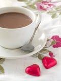 Tazza di cappuccino con due cuori rossi del cioccolato Fotografia Stock Libera da Diritti
