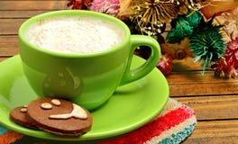 Tazza di cappuccino con i biscotti del cacao Immagini Stock