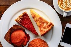 Tazza di cappuccino con il dessert Fotografie Stock Libere da Diritti