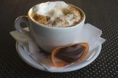 Tazza di cappuccino con le labbra del cioccolato Fotografie Stock