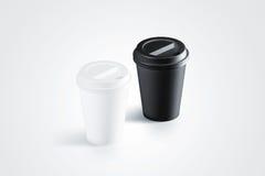 Tazza di carta eliminabile in bianco e nero in bianco con il coperchio di plastica Immagini Stock