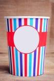 Tazza di carta su superficie di legno Copi lo spazio sulla tazza Fotografia Stock Libera da Diritti