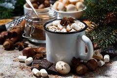 Tazza di cioccolata calda con le caramelle gommosa e molle ed i dolci fotografia stock libera da diritti