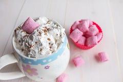 Tazza di cioccolata calda e della caramella Fotografia Stock Libera da Diritti