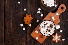 Tazza di cioccolata calda o di cacao con i biscotti di Natale e marsmal Fotografia Stock