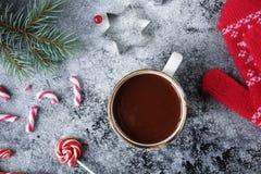 Tazza di cioccolata calda o di cacao e varietà di caramelle del dolce di natale Fotografie Stock Libere da Diritti