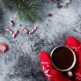 Tazza di cioccolata calda o di cacao e varietà di caramelle del dolce di natale Fotografie Stock