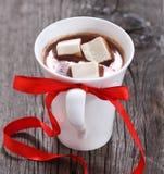 Tazza di cioccolata calda o di cacao con le caramelle gommosa e molle Immagini Stock