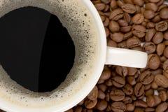 Tazza di coffe e dei chicchi di caffè Fotografie Stock Libere da Diritti