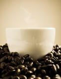 Tazza di Coffe rotonda dai chicchi di caffè Immagini Stock