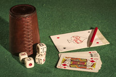 Tazza di dadi con le carte della piattaforma Immagini Stock