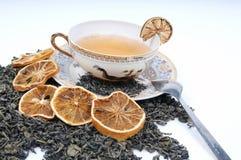 Tazza di erbe di tè con i fogli ed i limoni Immagini Stock