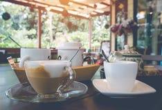 Tazza di Esspresso e del cappuccino sulla tavola Immagine Stock Libera da Diritti